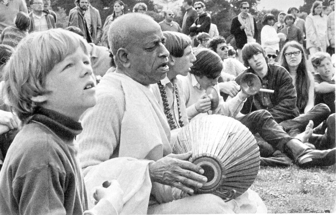 Arrivé sans un sou à New-York au début des années 60, B. S. Prabhupada commença à prêcher et à chanter les gloires de Krishna dans un parc.